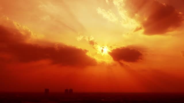 時間経過日没の夕方の空、雲と光線。 - light beam点の映像素材/bロール