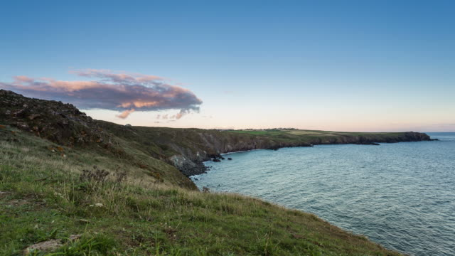 vídeos de stock e filmes b-roll de cornwall - circa 2013: time lapse sunset in a cloudy sunny day in cornwall coast - 2013