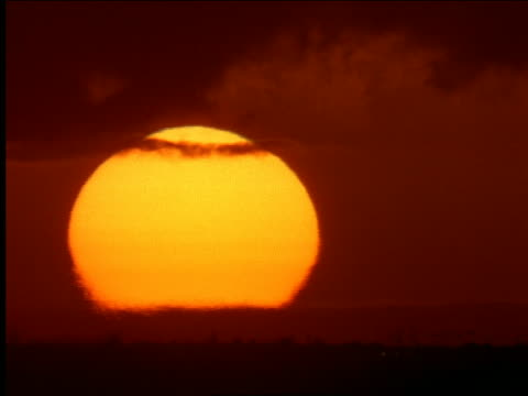time lapse sunset in orange sky seen thru heat waves - beliebiger ort stock-videos und b-roll-filmmaterial