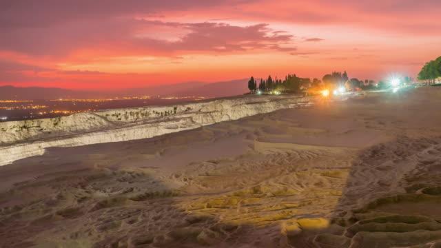 zeitraffer : sonnenuntergang natürliche pools pamukkale im alten hierapolis - natürliches thermalbecken stock-videos und b-roll-filmmaterial