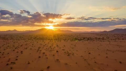 ws zeitraffer sonnenuntergang über majestätische wüstenlandschaft, namibia, afrika - 10 sekunden oder länger stock-videos und b-roll-filmmaterial