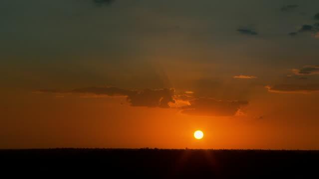 vidéos et rushes de time lapse sunset over savannah, south africa - crépuscule