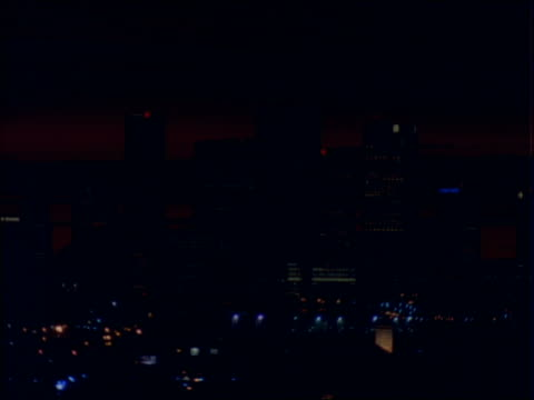 vídeos de stock, filmes e b-roll de time lapse sunset over silhouette of los angeles skyline - céu romântico