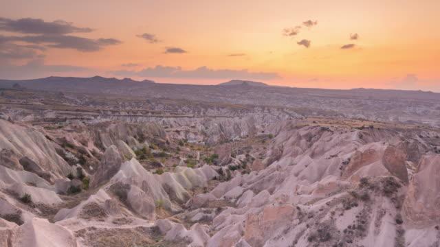vidéos et rushes de time lapse : sunset panoramic fairy chimneys in rose valley rock paysage anciennes maisons troglodytes à goreme, cappadoce, turquie - vallée