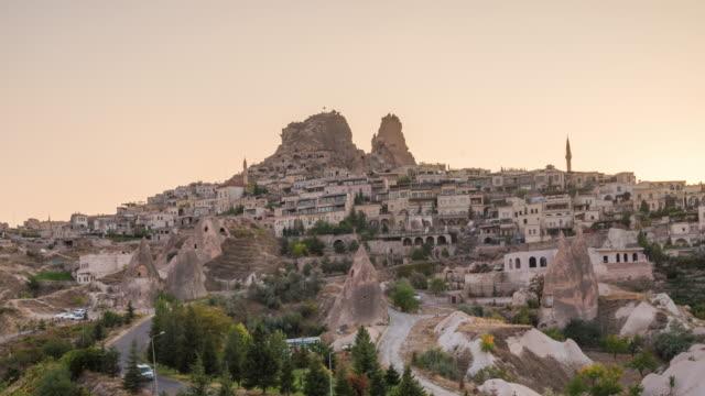 vídeos de stock, filmes e b-roll de time lapse : sunset panoramic uchisar castelo antigas casas de cavernas perto de goreme, capadócia, turquia - arcaico