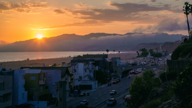 vídeos de stock e filmes b-roll de time lapse sunset santa monica beach and pacific coast highway - santa monica