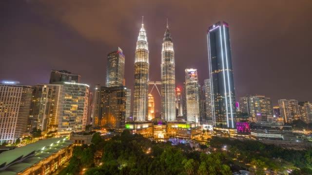 映画移動雲の4k タイムラプス日没シーンとクアラルンプール市のペトロナスツインタワー, マレーシア - クアラルンプール点の映像素材/bロール