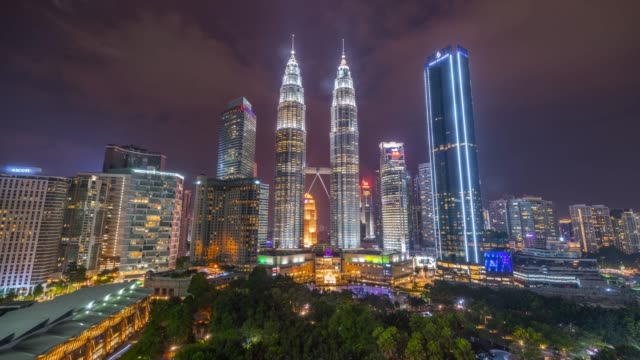 4k zeitraffer-sunset sunset scene of movie moving cloud und petronas twin tower of kuala lumpur city, malaysia - international landmark stock-videos und b-roll-filmmaterial