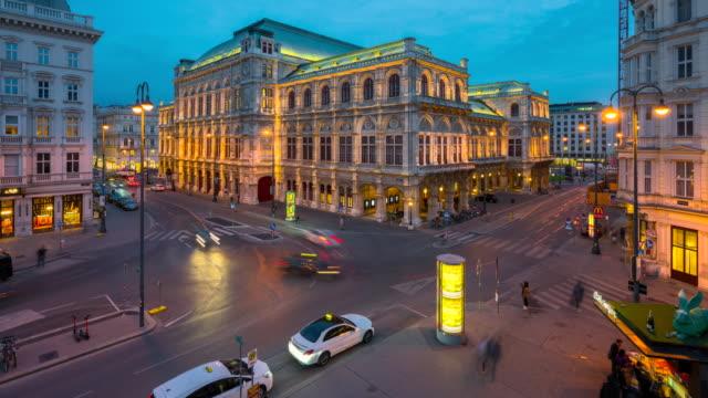 ウィーン・オペラハウスの前を歩く交通道路と人々のタイムラプスサンセットシーン、ウィーン、オーストリア - カールスプラッツ点の映像素材/bロール
