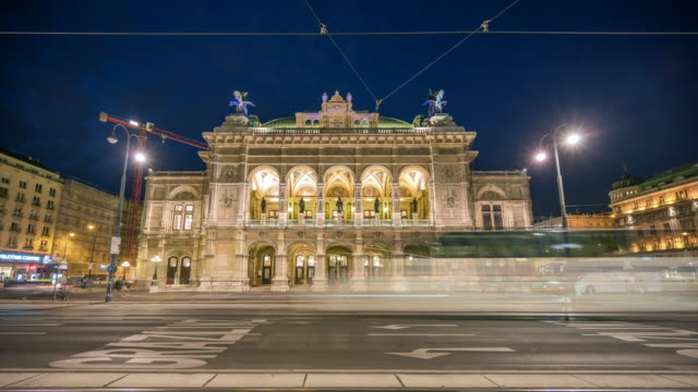 vídeos de stock e filmes b-roll de time lapse sunset scene of traffic road and people walking at front of viennese opera house, vienna, austria - ópera estilo musical