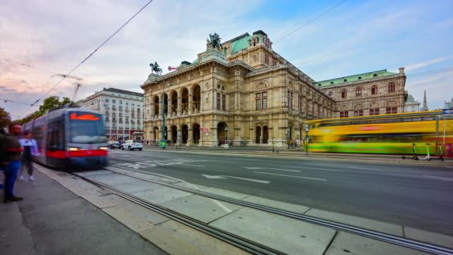 ウィーン、オーストリア、ウィーンのウィーン・オペラハウス前を歩く交通道路と人々のタイムラプスサンセットシーン - カールスプラッツ点の映像素材/bロール