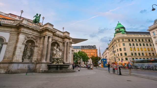 ウィーン・オペラハウス前を歩く交通路と人々のタイムラプスサンセットシーン、ウィーン、オーストリア - カールスプラッツ点の映像素材/bロール