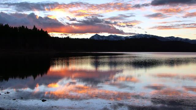 ws  hd  time lapse sunset shot of the grand teton range reflected in two ocean lake - teton range stock videos & royalty-free footage