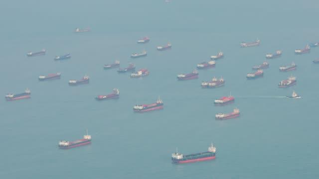 vidéos et rushes de laps de temps de 4k: le bateau sur l'océan à la ville de hong kong - à bord