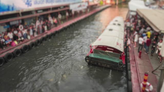4k zeitraffer die bootsfahrt der gruppe von menschen in bangkok, thailand - klammer stock-videos und b-roll-filmmaterial