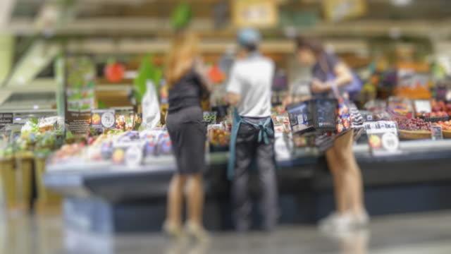 vídeos y material grabado en eventos de stock de lapso de tiempo de 4k la gente compre frutas o alimentos en el supermercado con formato de 10 bits de 422hq. - mercado espacio de comercio
