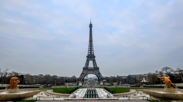 HD Time Lapse : The Eiffel Tower in Paris,France