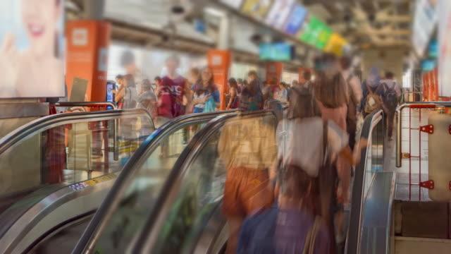Zeitraffer: Die Rolltreppen in den Bahnhof mit Menge Passagiere