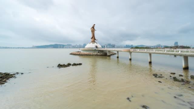 4 k zeitraffer: die statue von guanyin in macau china - perlenohrringe stock-videos und b-roll-filmmaterial