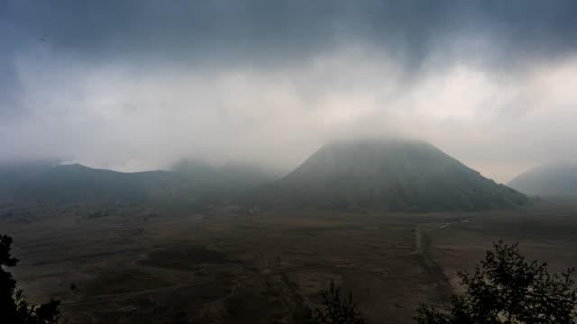 Zeit verfallen die dampfenden Krater des Mount Bromo, ausbrechenden Mount Semeru, stattliche Mount Batok, Java, Indonesien