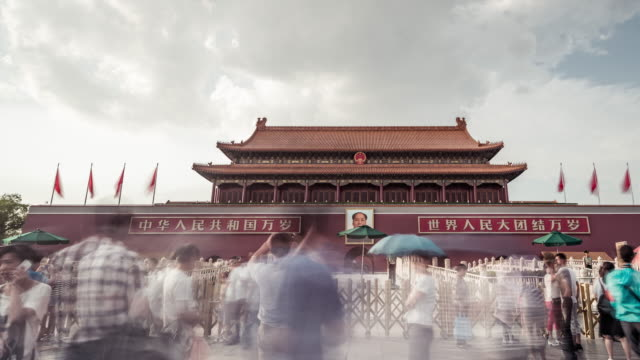 stockvideo's en b-roll-footage met time lapse- tiananmen gate (lr pan) - communisme