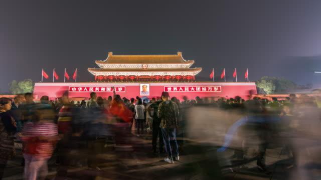 vídeos de stock, filmes e b-roll de tempo lapso-tiananmen square, portão da paz celestial, a cidade proibida, pequim, china (rl pan) - portão da paz celestial de tiananmen