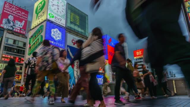 vídeos y material grabado en eventos de stock de 4k lapso de tiempo inclinación hacia abajo , pedestal hacia abajo . gente caminando en el dotonbori , osaka , japón . - vista inclinada