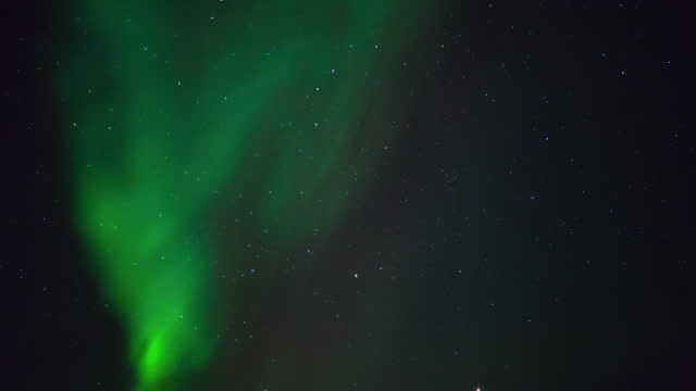 time lapse tilt up shot of green northern lights in starry sky - british columbia, canada - tilt up stock videos & royalty-free footage