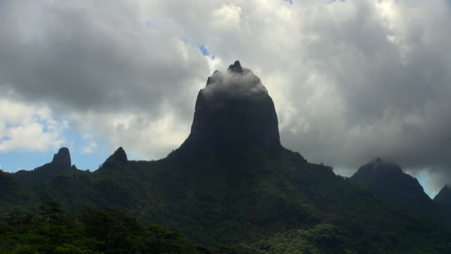 time lapse: top of moorea mountain with clouds - insel moorea stock-videos und b-roll-filmmaterial
