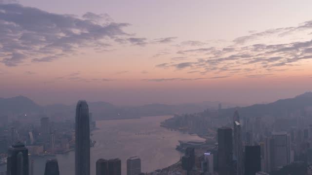 vídeos de stock, filmes e b-roll de lapso de tempo de 4k: top view hong kong city faz parte da china país - ilha de hong kong