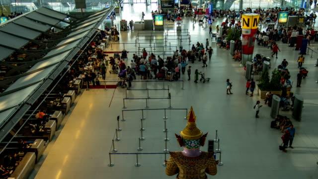 vídeos de stock e filmes b-roll de hd intervalo de tempo : vista superior de passageiros no check-in do aeroporto no horário - pessoas em fila
