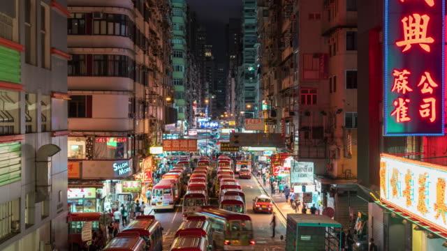 vídeos de stock, filmes e b-roll de cena da opinião superior do lapso de tempo 4k da estação de batente pública do mini barramento no mercado nocturno em mong kok, hong kong - mong kok
