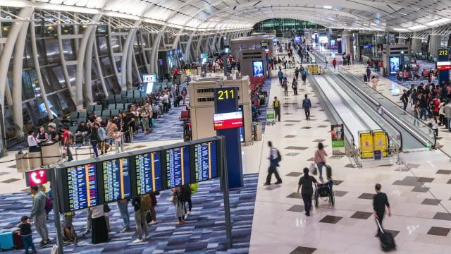 time lapse: turist crowd av människor som går gate på flygplatsen avgångsområde - medium group of people bildbanksvideor och videomaterial från bakom kulisserna