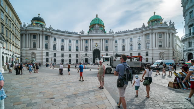 time lapse, tourist waking at hofburg palace, vienna - austria video stock e b–roll