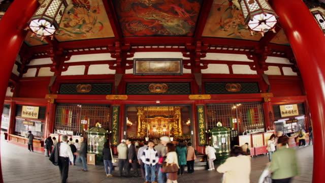 vídeos de stock, filmes e b-roll de time lapse tourists and worshippers at the main gate of the asakusa kannon (sensoji) temple / tokyo, japan - templo asakusa kannon