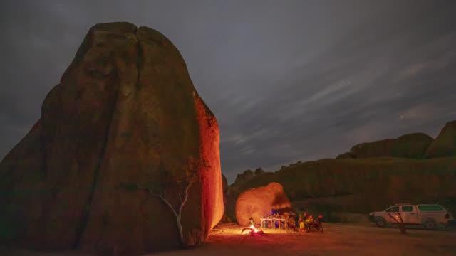 vídeos de stock, filmes e b-roll de ms time lapso turistas acampando em rochas no deserto à noite, namíbia, áfrica - namíbia