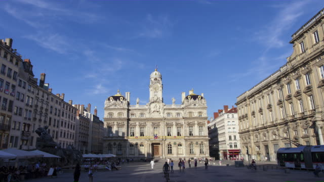 time lapse tracking shot of city hall and crowded place des terreaux - frankreich stock-videos und b-roll-filmmaterial