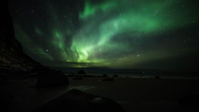 time lapse kamerafahrt von northern lights - aurora borealis - polarlicht stock-videos und b-roll-filmmaterial