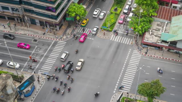 4 k の時間経過: トラフィックおよび航空写真表示にダウンタウン バンコク市内交通で都市の景観 - 列車の車両点の映像素材/bロール