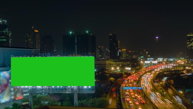 時間の経過、トラフィックおよび航空バンコクのダウンタウンに夜ターンパイク交通高速道路と都市の景観を表示します。 - バンコク県点の映像素材/bロール