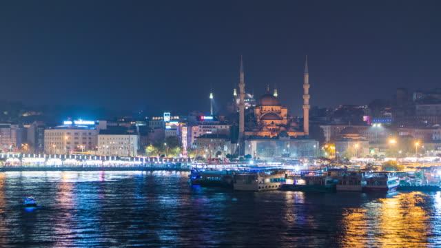 vidéos et rushes de time lapse : touriste de bateau de trafic à la mer d'or de hom avec suleymaniye mosquée fond istanbul ville, turquie - turc
