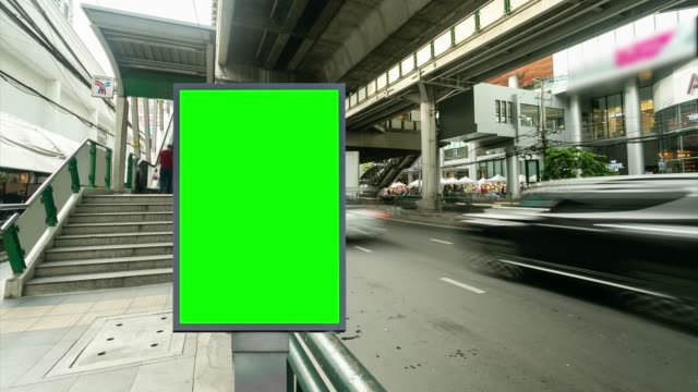 vídeos de stock e filmes b-roll de time lapse, traffic city street with billboard green screen use for advertising. - billboard