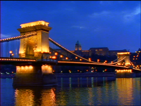 time lapse traffic + clouds over chain bridge over danube river / dusk to night / budapest - chain bridge suspension bridge stock-videos und b-roll-filmmaterial