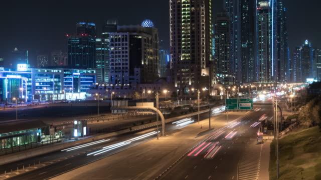 vídeos de stock e filmes b-roll de time lapse traffic in dubai - raso