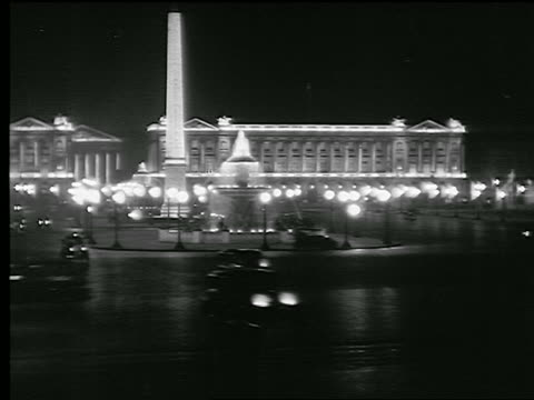 vídeos de stock, filmes e b-roll de b/w 1936 time lapse traffic in place de la concorde with obelisk + fountain / hotel crillon in background - 1930
