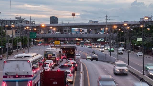 タイ・バンコクのトンネルカセット・ナワミン道路交差点でのタイムラプス、交通渋滞。 - traffic jam点の映像素材/bロール