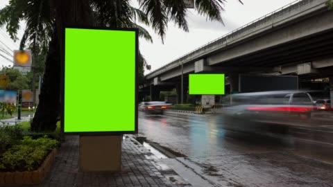 vídeos y material grabado en eventos de stock de lapso de tiempo, tráfico de larga exposición en la carretera con el uso de la pantalla verde de billboard para la publicidad de señales de tráfico en la ciudad. - señal de circulación