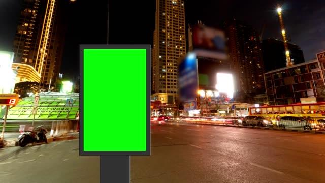 zeitraffer, verkehrsdauerbelichtung auf der straße mit plakat-greenscreen-nutzung für die werbung straßenschilder in der stadt. - transparent stock-videos und b-roll-filmmaterial