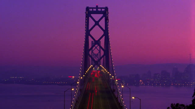vídeos de stock e filmes b-roll de time lapse traffic on bay bridge from dusk to night / san francisco, california - san francisco oakland bay bridge
