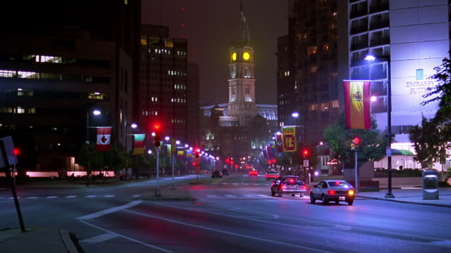 time lapse traffic on benjamin franklin parkway with city hall in background at night / philadelphia, pennsylvania - benjamin franklin parkway stock-videos und b-roll-filmmaterial